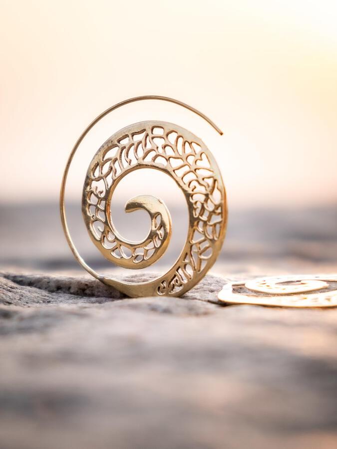 Orecchini ottone rotondi a spirale con greche etniche