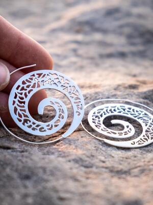 Orecchini argento rotondi a spirale con greche etniche