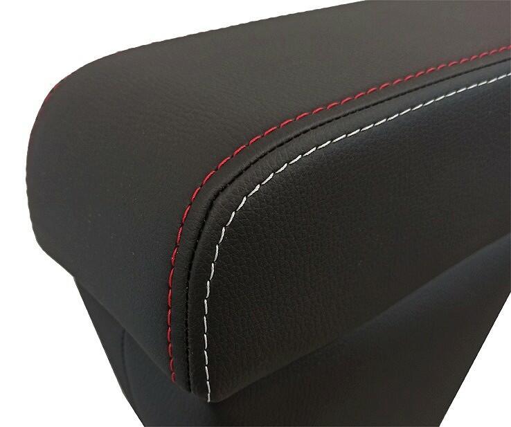Mittelarmlehne PREMIUM für Fiat 500X SPORT-Version erhältlich: aus schwarzem Eko-Leder mit roten und eisgrauen Doppelnähten