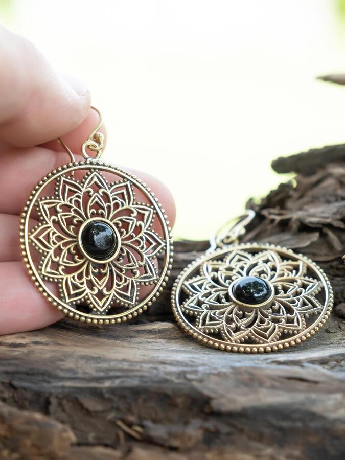 Orecchini rotondi dorati con fiore interno e pietra onice nero