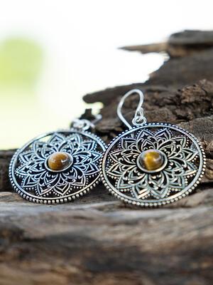 Orecchini rotondi color argento con fiore interno e pietra occhio di tigre