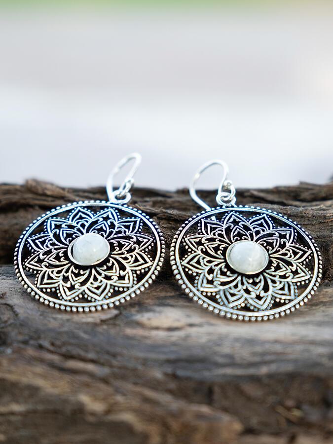Orecchini rotondi color argento con fiore interno e pietra della luna