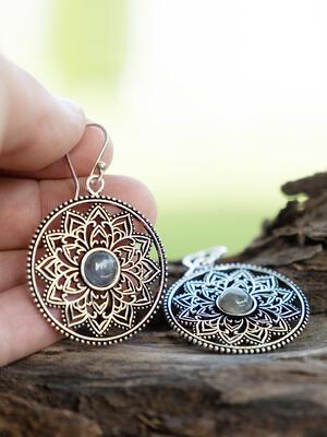 Orecchini rotondi color argento con fiore interno e pietra labradorite