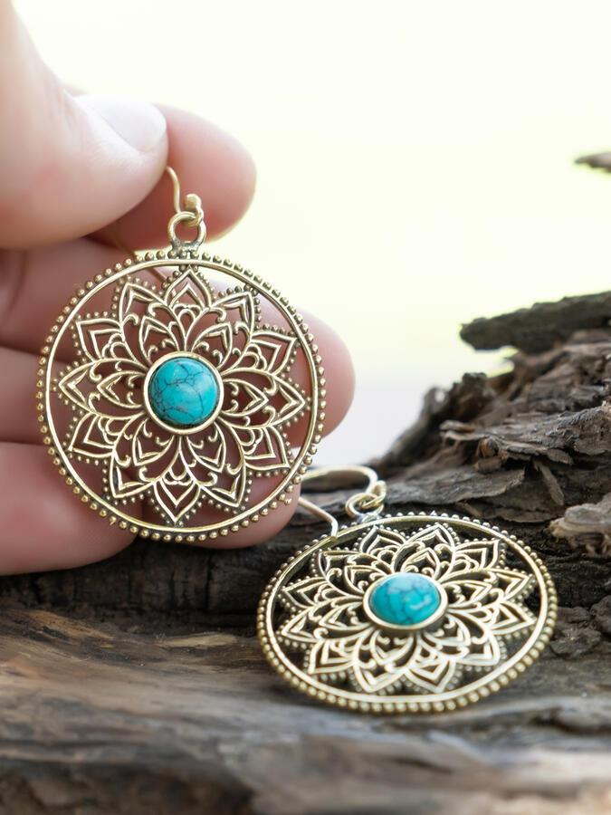 Orecchini rotondi dorati con fiore interno e pietra turchese