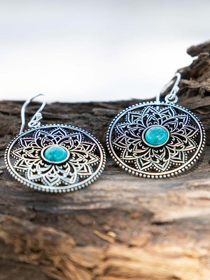 Orecchini rotondi color argento con fiore interno e pietra turchese