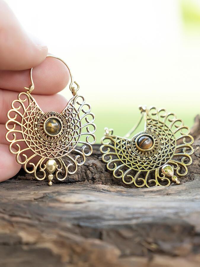 Orecchini dorati a pavone ricamato con pietra occhio di tigre