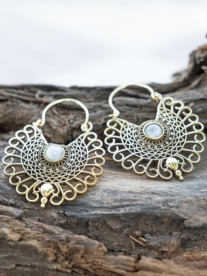 Orecchini dorati a pavone ricamato con pietra della luna