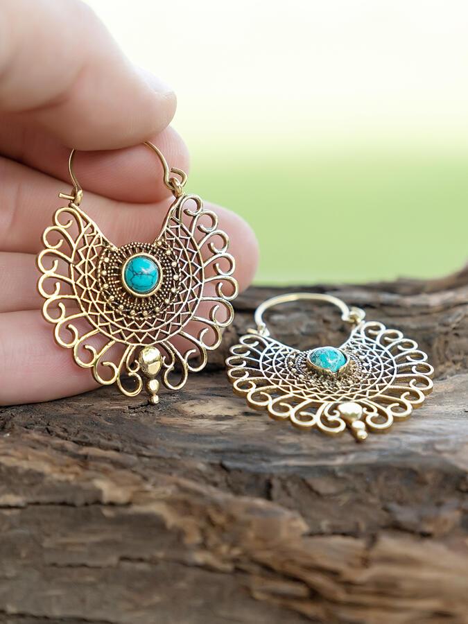 Orecchini dorati a pavone ricamato con pietra turchese