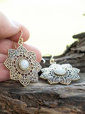 Orecchini dorati a fiore ricamato con pietra della luna