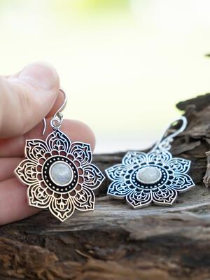 Orecchini argentati a fiore ricamato con pietra della luna