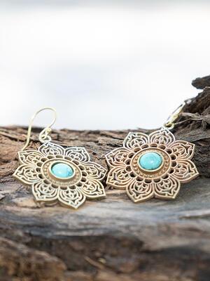 Orecchini dorati a fiore ricamato con pietra turchese