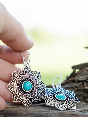 Orecchini argentati a fiore ricamato con pietra turchese