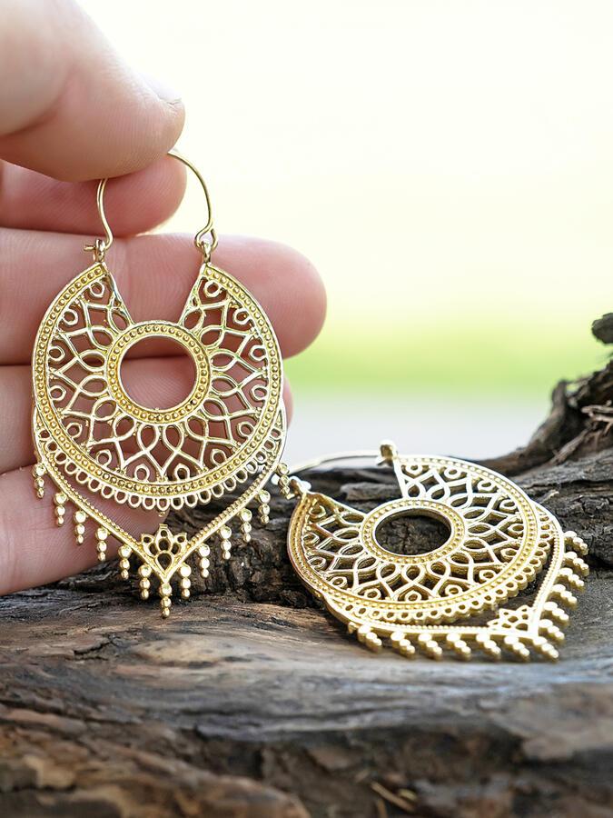 Orecchini a cerchio dorati con pendente