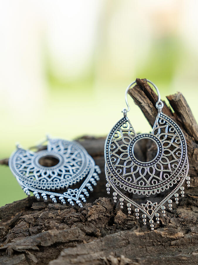 Orecchini a cerchio con pendente in ottone placcato argento