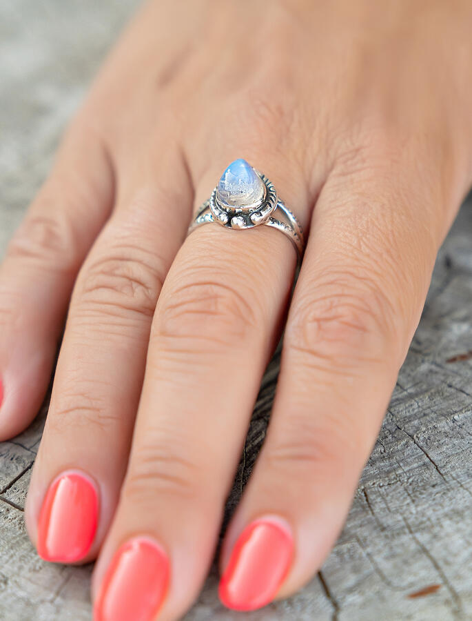 Anello donna in argento a goccia con greche e pietra di Luna