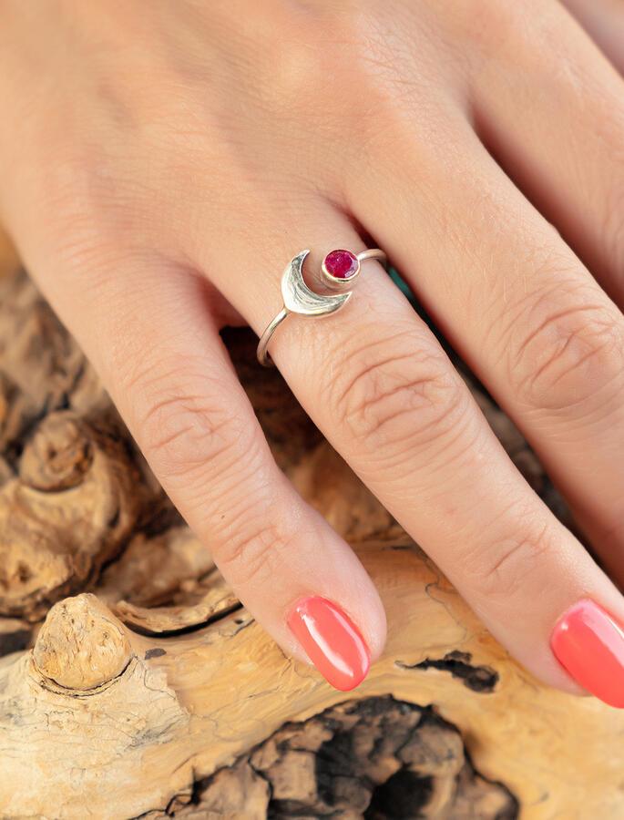 Anello donna in argento regolabile con luna e pietra Rubino