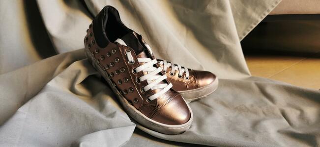 Sneaker bronzo con applicazioni