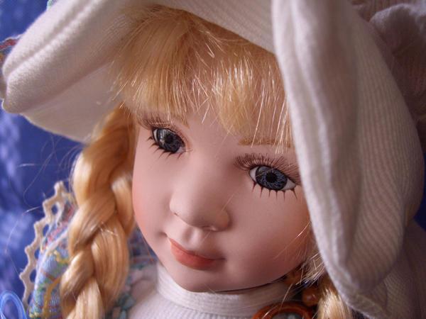 Bambola da Collezione in Porcellana Bionda con Fiocco sul Cappello RF Collection qualità Made in Germany