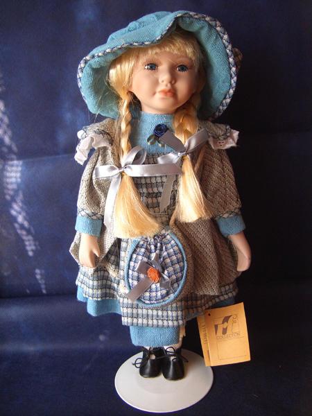 Bambola da Collezione in Porcellana con Cappello e Vestito Blu a quadri RF Collection qualità Made in Germany