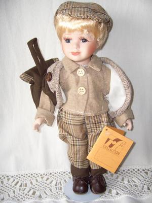 Bambola da Collezione in Porcellana con Capelli Corti Biondi e Zainetto RF Collection qualità Made in Germany