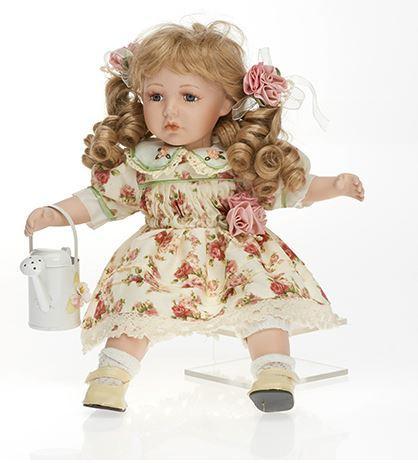 Bambola da Collezione in Porcellana Seduta con capelli biondi e Innaffiatoio RF Collection Qualità Made in Germany