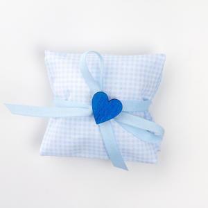 Busta quadratino azzurro con applicazione cuore in legno