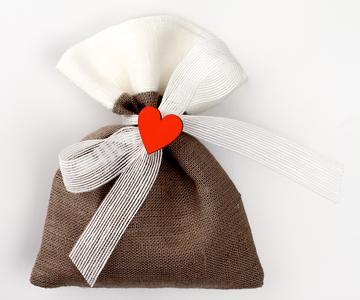 Sacchetto bicolore puro lino con applicazione cuore in legno