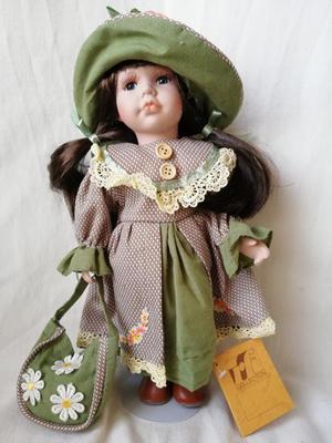 Bambola da Collezione in Porcellana con Cappellino con Fiore e Borsetta con Margherite RF Collection qualità Made in Germany