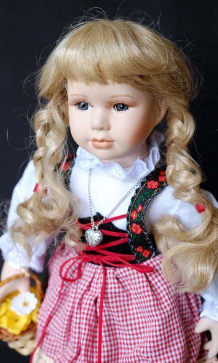 Bambola da Collezione in Porcellana Tirolese con Cestino e Cappellino con Piuma RF Collection Qualità Made in Germany