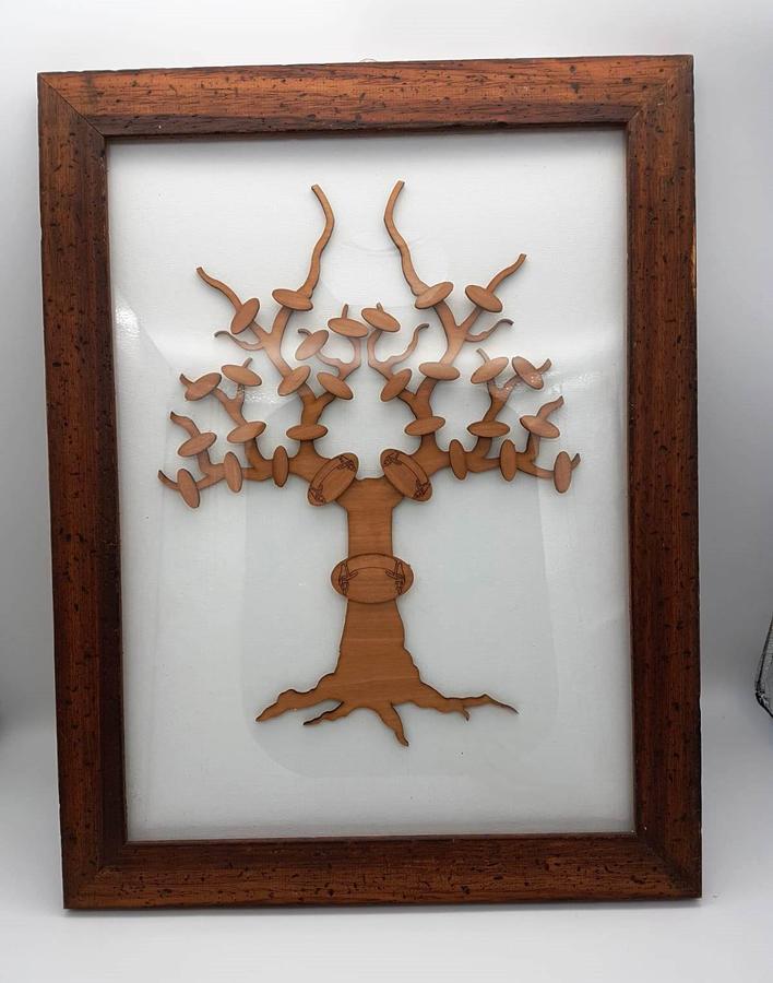 Cornice con albero in legno