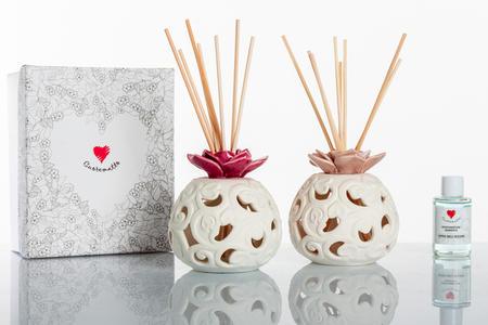 Profumatore piccolo in porcellana bisquit bianca con fiore diffusore assortito in due colori linea Cuor Fiorito