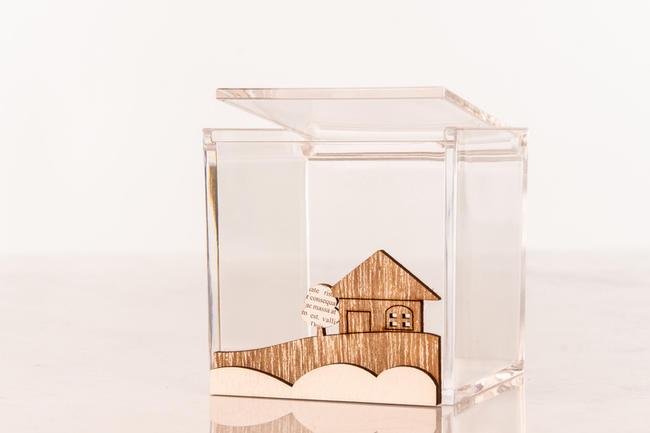 Scatolina portaconfetti  grande cubo in plexiglass e applicazione paesaggio in legno, linea Cuor d'incanto