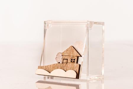Scatolina portaconfetti  piccola cubo in plexiglass e applicazione paesaggio in legno, linea Cuor d'incanto