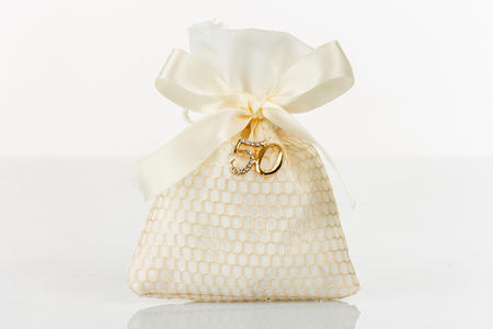 Sacchetto portaconfetti bianco a rete oro con applicazione 50° anniversario in metallo e strass, linea Sacchetti