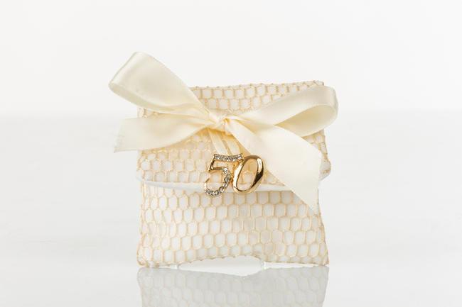 Busta portaconfetti bianco a rete oro con applicazione 50° anniversario in metallo e strass, linea Sacchetti