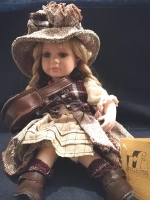 Bambola da Collezione in Porcellana Seduta con borsa e Cappellino RF Collection Qualità Made in Germany