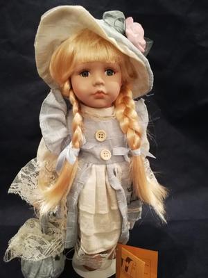 Bambola da Collezione in Porcellana con Cappellino con Fiore e Vestito Azzurro RF Collection qualità Made in Germany