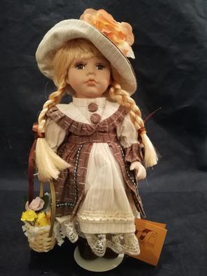 Bambola da Collezione in Porcellana con Cappellino con Fiore e Cestino pieno di Fiori Colorati RF Collection qualità Made in Germany