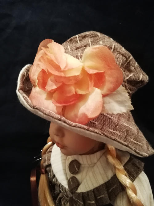 Bambola da Collezione in Porcellana con Cappellino con Fiore e Cestino pieno di Fiori Colorati RF Collection qualità Made in Germany