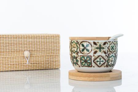 Zuccheriera in ceramica decorata, con cucchiaino bianco, base e coperchio in legno in scatola regalo in bambù,  linea Cuordamalfi