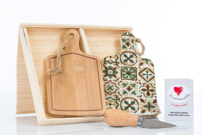 Set due taglieri uno in legno e uno in ceramica finemente decorata, coltellino tagliagrana incluso e scatola regalo in bambu',  linea Cuordamalfi