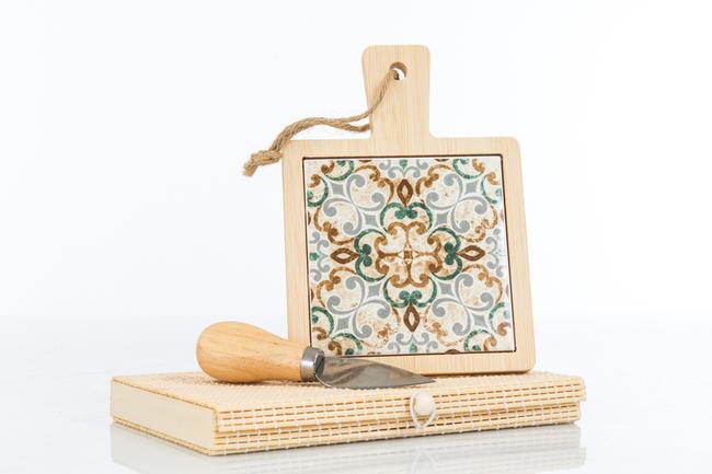 Tagliere piccolo in legno con interno in ceramica finemente decorata, coltellino tagliagrana incluso e scatola regalo in bambu',  linea Cuordamalfi