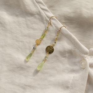 Orecchini con medagliette asimmetriche martellate e pietre [ + colori ]