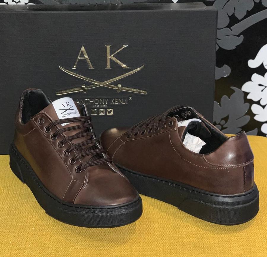 Sneaker uomo in pelle marrone con suola in gomma nera