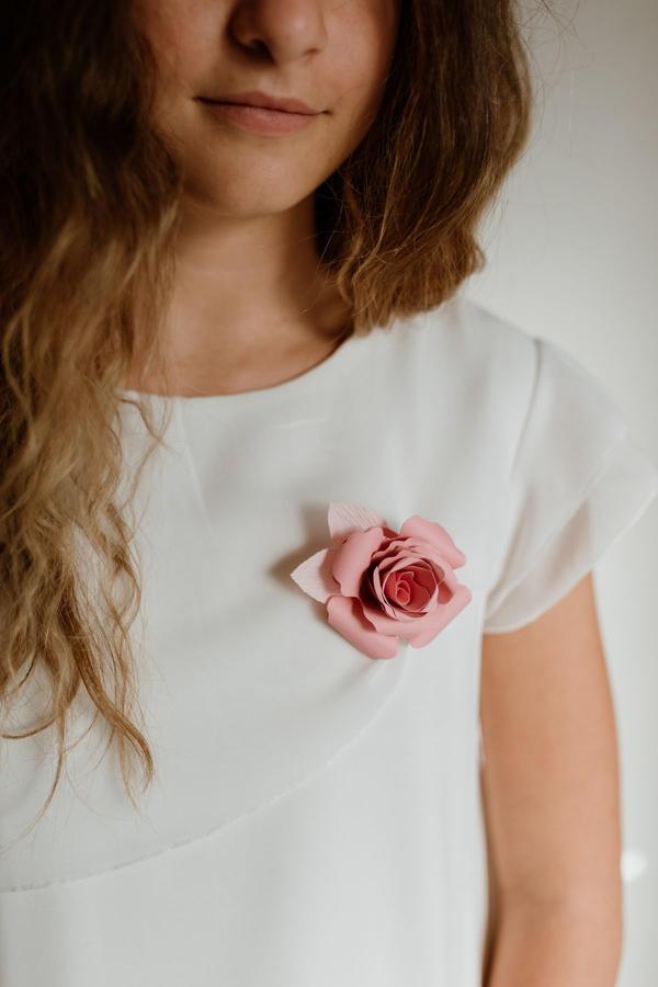 Spilla/Fermaglio/Boutonnière con rosa di carta