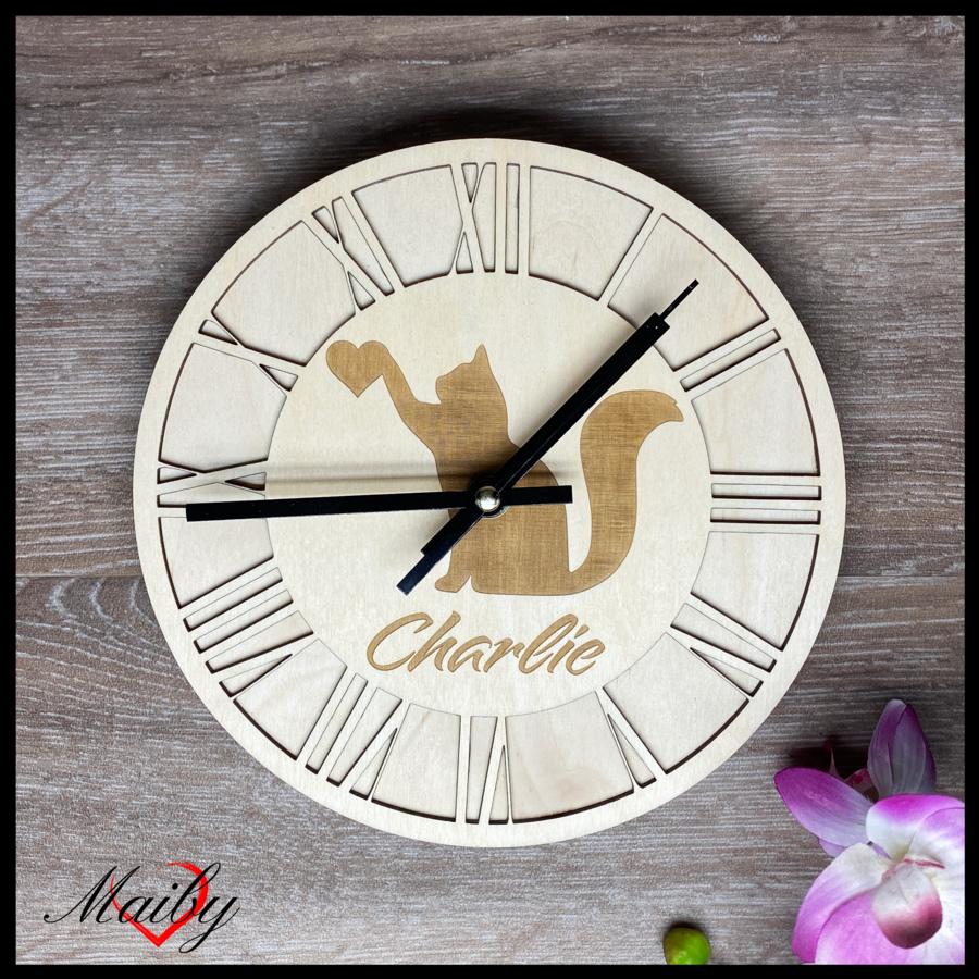 Orologio rotondo in legno (gatto cuore in mano)